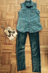Jeans gris H&M, gilet en jeans Forever21, sandales à talons La Redoute et collier H&M