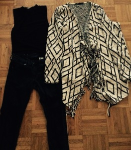 Jeans navy H&M, cropped top noir Newlook, gilet aztec Sfera
