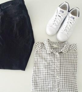 Jeans et chemise H&M, baskets Adidas