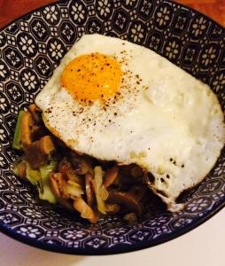 Poêlée poireaux, champignons oeuf
